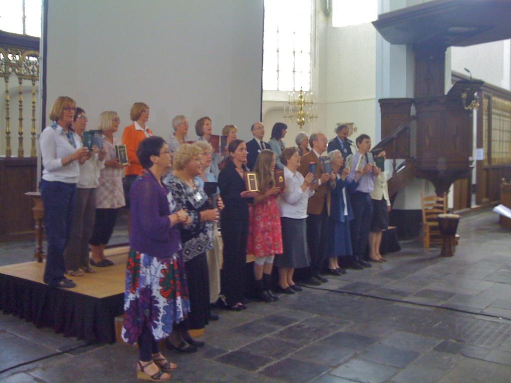 De presentatie van 26 Nieuwe Testamenten, bijdrage van Veertig jaar Wycliffe Bijbelvertalers Nederland, Jacobikerk, Utrecht