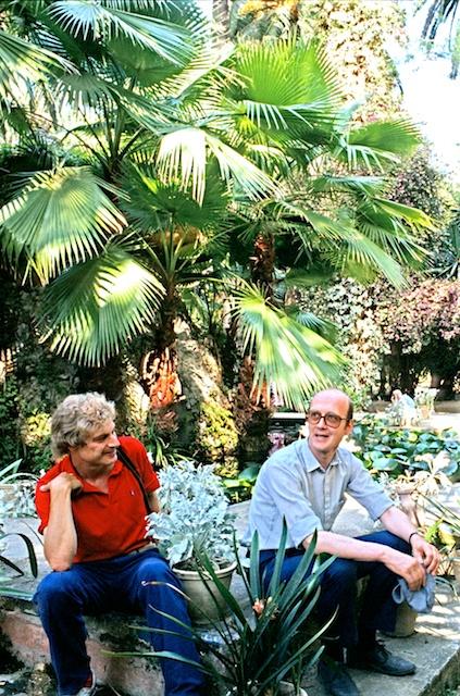 Juli 1983, Hans van de Poel en Richard Vervoorn in de tuin van El Alcá́zar Real de Sevilla