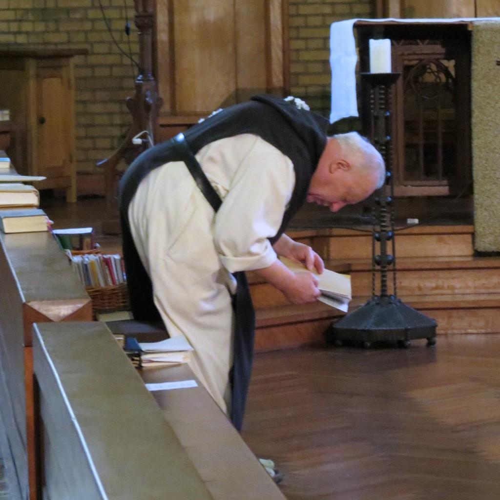 """Eerbiedig buigen de broeders op de woorden """"Eer zij de heerlijkheid Gods, Vader, Zoon en Heilige Geest"""", bij de doxologie aan het slot van een psalm."""