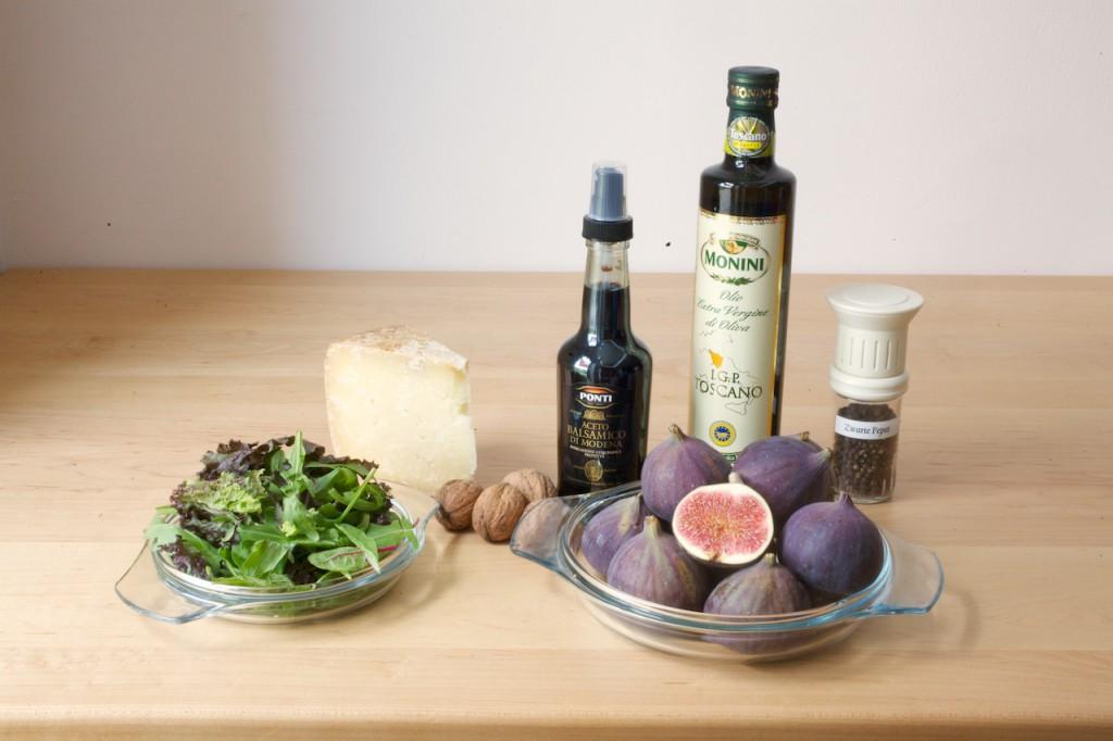 De ingredienten voor Salade met verse vijgen uit de oven: vijgen, pecorino, rucola melange, balsamico-azijn, olijfolie, walnoten en zwarte peper