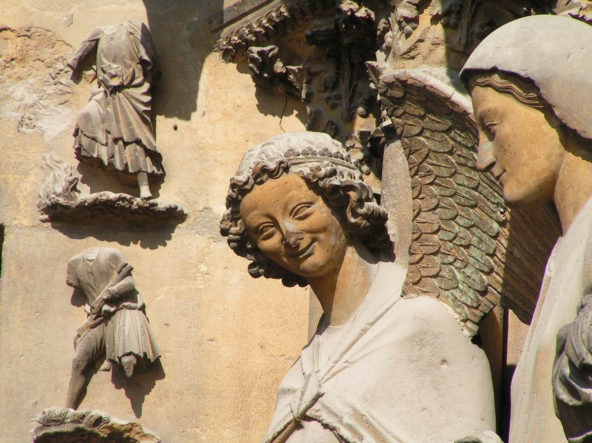 Sourire-soupire. De lachende engel van Reims